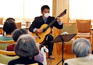 「ふるさと」などのギター演奏を披露した寺田健一郎さん=神埼市神埼町の住宅型有料老人ホーム「愛夢かんざき」