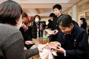 愛情込もったカレーを受け取る生徒たち=佐賀市の大和中学校