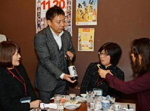 日本酒の説明をする七田謙介社長