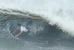 男子準々決勝 波を攻めあぐねる大原洋人=釣ケ崎海岸サーフィンビーチ