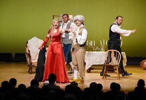 オペラ「ドン・パスクワーレ」を上演したスロヴァキア国立歌劇団のメンバー=上峰町町民センター