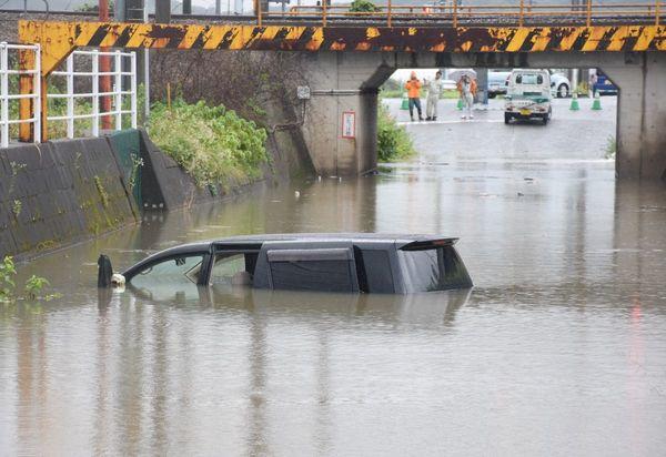 鳥栖で車両が水没、40代男性を救助 「胸まで浸かって動けない ...
