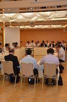 玄海原発周辺の放射線量の測定値などについて報告があった佐賀県環境放射能技術会議=佐賀市のグランデはがくれ