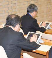 本会議でタブレット端末を扱う議員=佐賀市議場