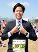 新社会人としてスーツで完走した酒井俊輔さん=佐賀市の県総合運動場