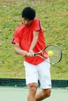 テニス少年男子2回戦・佐賀-徳島 バックハンドでラリーを繰り広げる第1シングルスの鈴木宗生=岩手県八幡平市の安比高原テニスクラブ