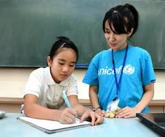 ユニセフの講師に話を聞く子ども記者=神埼市の脊振小学校