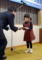 九州電力の内村芳郎佐賀支社長(左)から賞状を受け取る受賞者=佐賀市の同社佐賀支社
