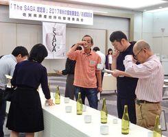 出品された日本酒、焼酎の品質を吟味する審査員ら=佐賀市のマリトピア