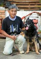 野田さんと2代目警察嘱託犬「ナム」(オス)=神埼市神埼町