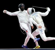 男子フルーレ団体3位決定戦 米国選手(右)と対戦する永野雄大=幕張メッセ