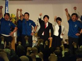 参院選に向け、ガンバロー三唱で気勢を上げる山下雄平氏(中央)=佐賀市のガーデンテラス佐賀