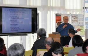 公開講座で講演する江打さん=佐賀市の国際交流プラザ