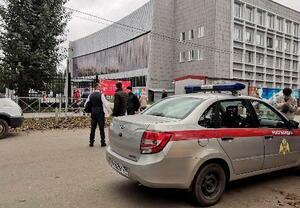 発砲があったロシア・ペルミの国立大学と、停車した当局の車両=20日(ロイター=共同)