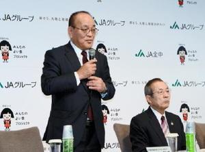 就任会見であいさつするJA全中の金原壽秀副会長(左)。隣は新会長の中家徹氏=東京・丸の内のパレスホテル東京