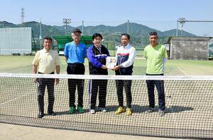 松田一也町長(中央)に目録を渡す牟田功会長(右から2人目)=基山町営テニスコート