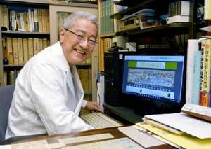 曳山や唐津の歴史探索が「ライフワーク」と語る吉冨寛さん。パソコンの画面は山内薬局のHPにあるくんち特集=唐津市京町の同薬局