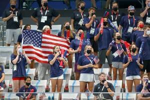 競泳会場で、スタンドから声を上げて応援する米国選手の関係者ら=24日、東京アクアティクスセンター