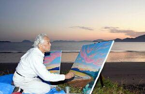 早朝、東の浜の朝焼けを描く画家の乗田貞勝さん=唐津市東唐津