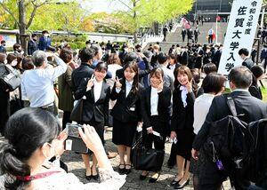 佐賀大学の入学式で、友人と記念写真を撮る新入生=佐賀市文化会館