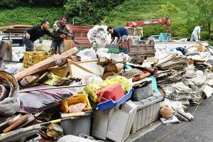 武雄市で災害ごみの受け入れが始まり、水没した家財などが次々と運び込まれた=2019年8月29日、同市朝日町の杵藤クリーンセンター跡地