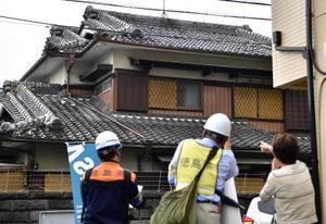 住民(右)と共に家屋を調べる応急危険度判定士=20日午後、大阪府高槻市