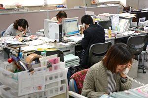 申し込みの電話に対応する事務局スタッフ=佐賀市の佐賀新聞社