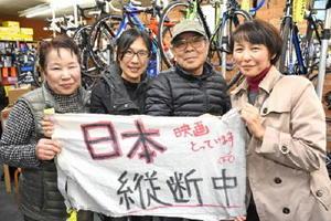 トークショーのあと佐賀市の自転車店「ツカササイクル」を訪れた今村彩子監督(中央左)と、同店の小辨野司さん(中央右)、小辨野利英子さん(左)、宮城県人会さが代表の富田万里さん
