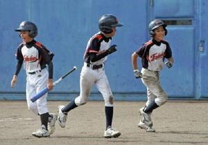 1回戦・道越少年-福富少年 右越え三塁打を放ち、相手のエラーでホームインした溝口大和(右端)=佐賀ブルースタジアム