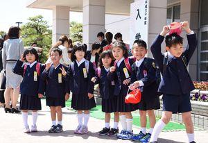 真新しいランドセルを背負い、学校生活をスタートさせた児童たち=佐賀市川副町の西川副小学校