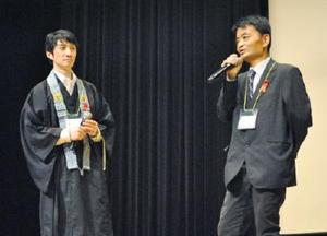 HIV感染者として、感染が発覚した当時の心境や、治療の進歩について話す洪久夫さん(右)=佐賀市のアバンセホール