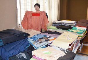 市民から寄せられた着物の数々=唐津市商工会館