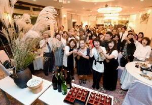 午後7時の乾杯の音頭に合わせ、佐賀の酒で一斉に乾杯する参加者たち=1日、佐賀市の佐嘉神社記念館