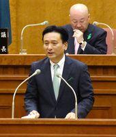 九州新幹線長崎ルートの全線フル規格による整備に否定的な考えを示した山口祥義知事=佐賀県議会議場