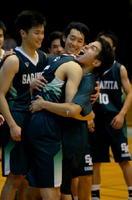 バスケットボール男子 優勝し、健闘をたたえ合う佐賀北の選手たち=佐賀市の諸富文化体育館