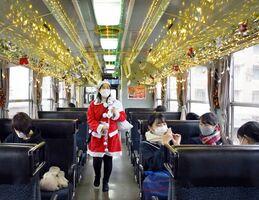 イルミネーションで彩った筑肥線の列車。サンタクロースも登場した=唐津市のJR唐津駅