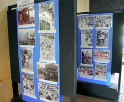 東西松浦駅伝の写真や新聞記事が展示されている会場=唐津市役所1階