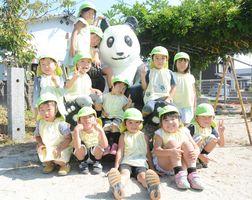 翠幼稚園のパンダと園児=佐賀市蓮池町の翠幼稚園