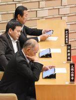 本会議でタブレット端末を使う議員=鳥栖市議会
