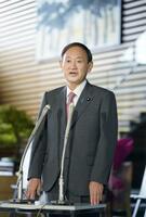 首相官邸で記者の質問に答える菅首相=17日午前