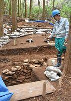 「初期鍋島」を焼いた登り窯のそばで確認された作業スペースの石垣=伊万里市大川内山