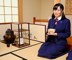 熱気球世界選手権の外国人選手に茶道部の仲間と抹茶をふるまった菊地未紗さん。「おもてなしの心が広がれば」と話す=佐賀市の佐賀清和中