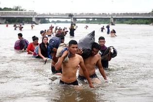 移民集団の2千人は米国目指す