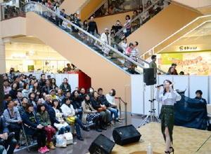 佐賀で3度目のライブに臨んだ歌手のMayJ.さん(右手前)。大勢のファンがステージを囲んだ=佐賀市のモラージュ佐賀