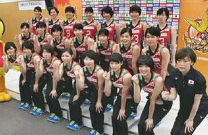 記念撮影でポーズをとる中田監督(右端)とバレーボール女子日本代表の選手たち=味の素ナショナルトレーニングセンター