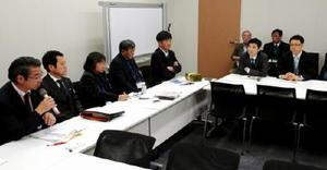 農林水産省の担当者(右側2人)に、想定問答の文書開示を求める漁業者側弁護団=東京・永田町の衆議院第1議員会館