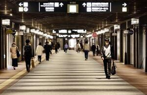 一部店舗を除き臨時休業し、人通りがまばらな福岡・天神の「天神地下街」=4日午後