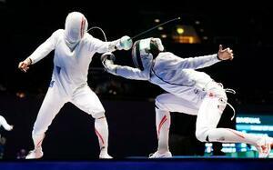 男子エペ個人決勝トーナメント2回戦 見延和靖(左)を攻める宇山賢=ブダペスト(共同)