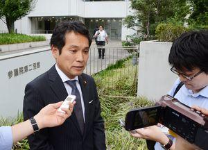 民進党両院議員総会の後、記者団の質問に答える大串博志氏=東京・永田町