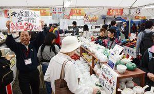 平成最後のディスカウントセールを楽しむ焼き物ファン=30日、西松浦郡有田町の香蘭社